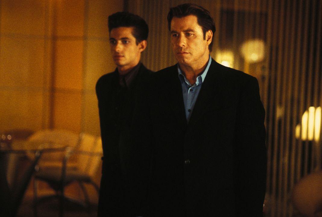 Frank Castle will den Mann rächen, der den Mord an seine Familie angeordnet hatte: den Unterweltboss Howard Saint (John Travolta, r.) ... - Bildquelle: Sony Pictures Television International. All Rights Reserved.