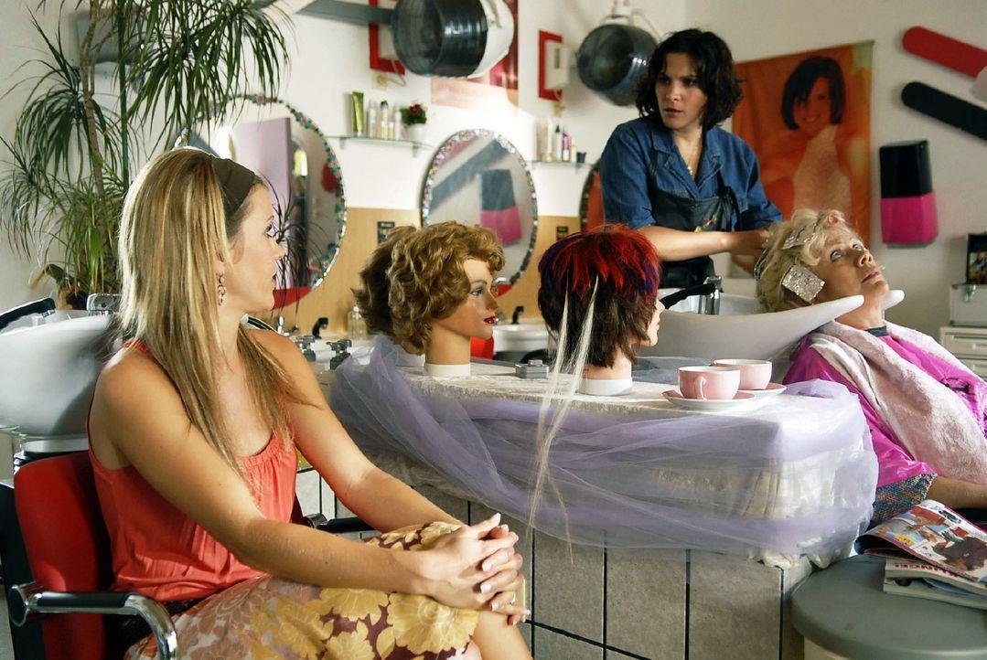 """Jackie (Wolke Hegenbarth, l.) besucht ihre alte Freundin Dörthe (Caroline Dibbern, M.) in ihrem """"Beautysalon"""". Dörthe und Nadja (Karin Düwel, r.)... - Bildquelle: Sat.1"""