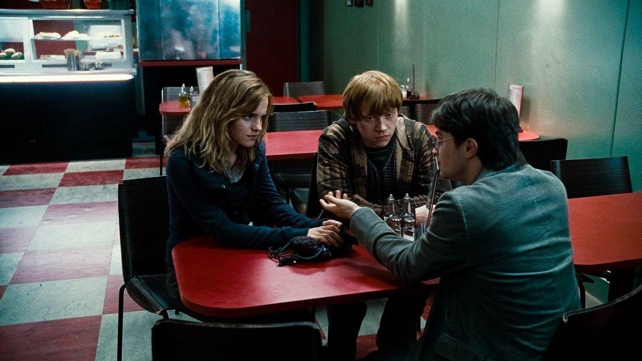 Ihre Leben und die ihrer Familien sind in Gefahr seitdem der mächtige Lord Voldemort sein Unwesen treibt. Wird es Hermine (Emma Watson, l.), Ron (Ru... - Bildquelle: 2010 Warner Bros.