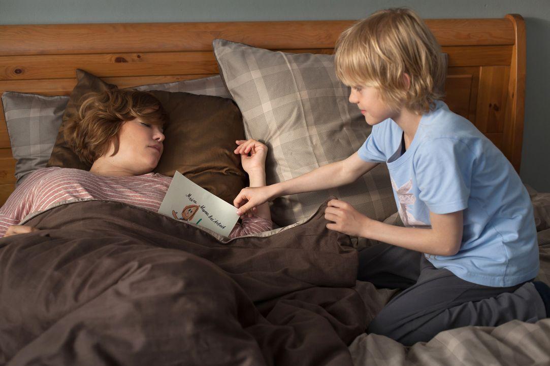 Für Finn (Niklas Geinets, r.) ist klar, dass seine Mutter Britta (Muriel Baumeister, l.) einfach die tollste ist, und ihr zuliebe lässt er sich soga... - Bildquelle: Conny Klein SAT.1