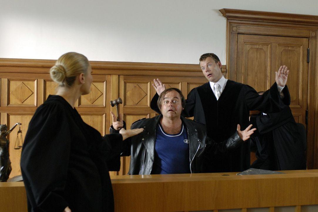 Richterin Janine (Janine Kunze, l.) muss sich im Gerichtssaal mit einem Kleinkriminellen (Markus Majowski, M.) der besonderen Art rumschlagen ... - Bildquelle: Sat.1