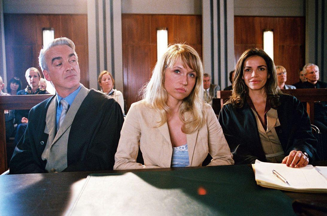 Felix (Christoph M. Ohrt, l.) und Sandra (Rebecca Immanuel, r.) vertreten Nora Wietke (Anica Dobra, M.). Ihr wurde aus fadenscheinigen Gründen gek - Bildquelle: Sat.1