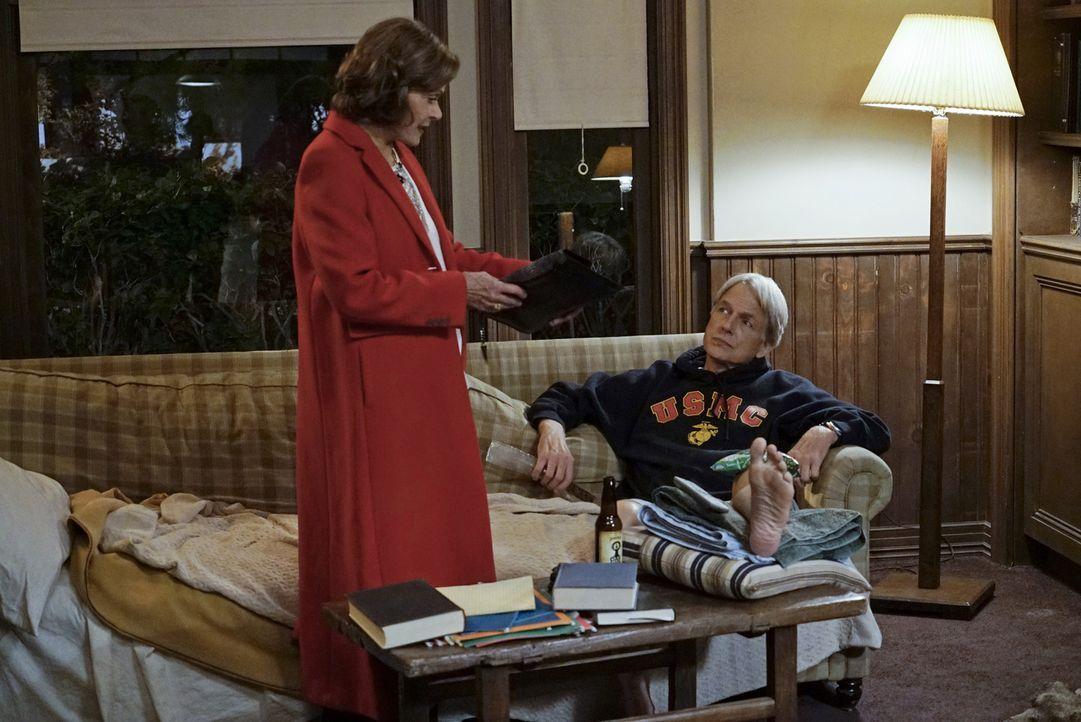 Gemeinsam ermitteln sie in einem neuen Mordfall: Gibbs (Mark Harmon, r.) und Judith McKnight (Jessica Walter, l.) ... - Bildquelle: Cliff Lipson CBS Television