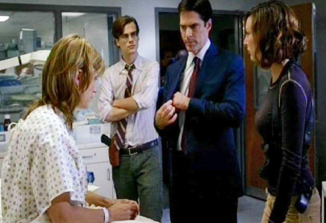 Die Special Agents Dr. Spencer Reid (Matthew Gray Gubler, 2.v.l.), Aaron Hotchner (Thomas Gibson, 2.v.r.) und Elle Greenaway (Lola Glaudini, r.) bef... - Bildquelle: Touchstone Television