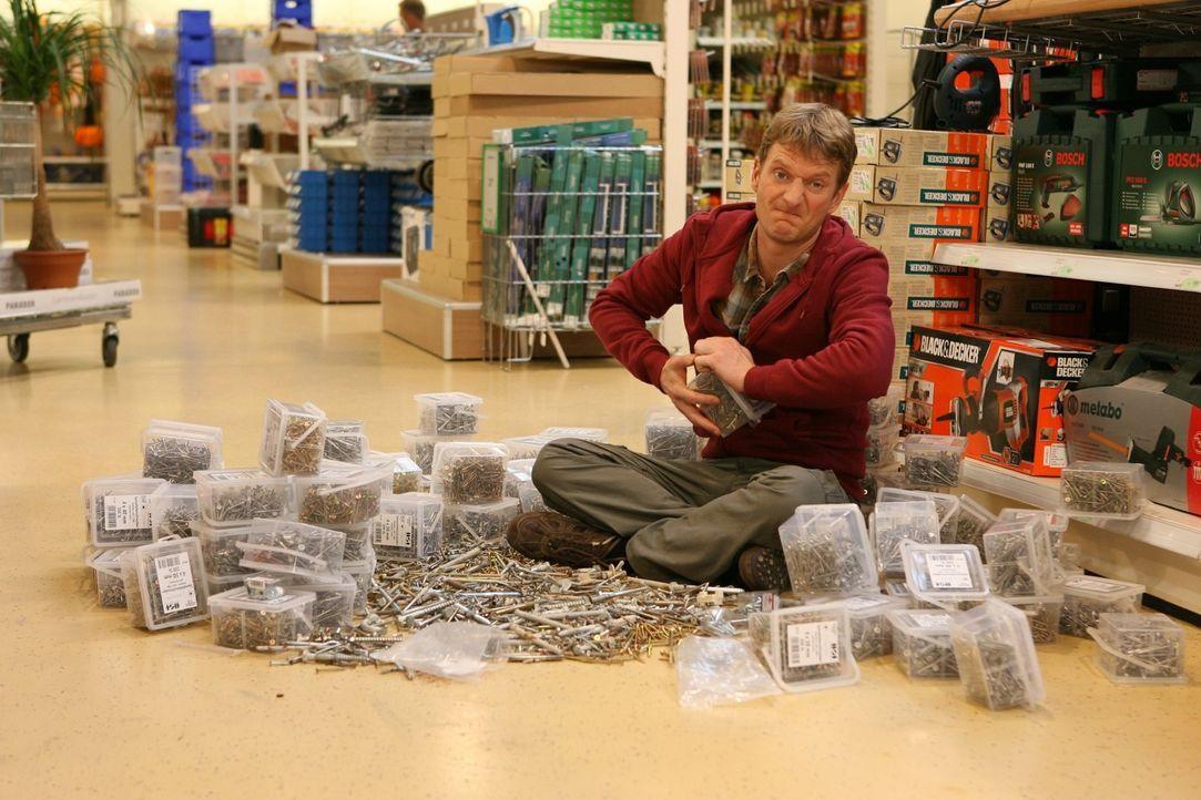 Er (Michael Kessler) testet jede Schraube einzeln und macht damit etwas, das man in einem Baumarkt auf keinen Fall tun sollte... - Bildquelle: Sat.1