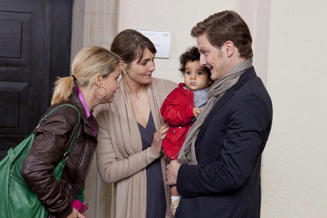 Ende gut, alles gut: Danni (Annette Frier, l.) hat für die kleine Momo (Angi Peters, 2.v.r.) in Paul (Holger Stockhaus, r.) und Sabine Steinhausen... - Bildquelle: SAT.1