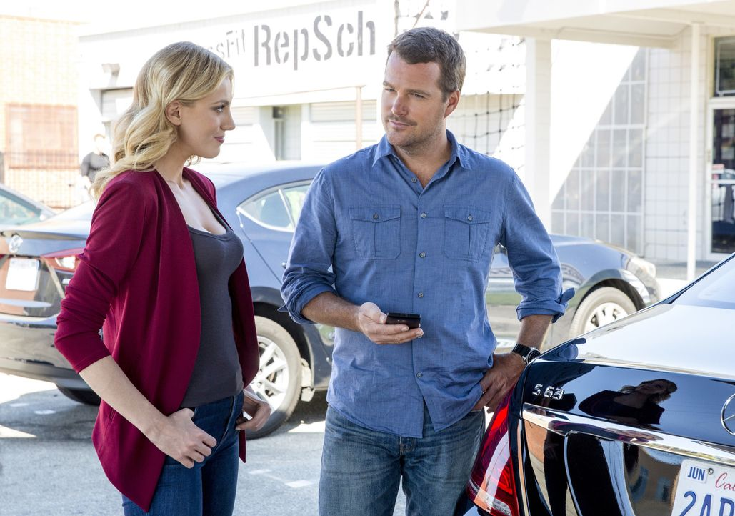Während Kensi immer noch im Krankenhaus ist, bekommen Callen (Chris O'Donnell, r.) und das restliche Team von Anna Kolcheck (Bar Paly, l.) Unterstüt... - Bildquelle: Erik Voake 2016 CBS Broadcasting, Inc. All Rights Reserved.