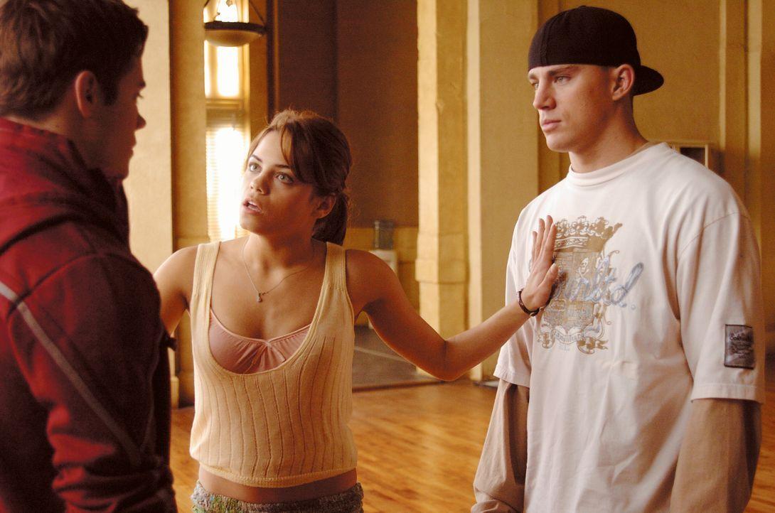 Zunächst muss Nora (Jenna Dewan, M.) immer wieder Streitereien zwischen Tyler (Channing Tatum, r.) und Mitschülern schlichten. Doch dann besinnt sic... - Bildquelle: Constantin Film