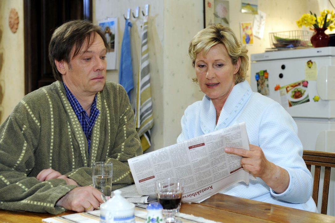 Susanne (Heike Jonca, r.) zeigt Armin (Rainer Will, l.) die Kontaktanzeige, die sie heimlich für Paloma geschaltet hat. - Bildquelle: Sat.1