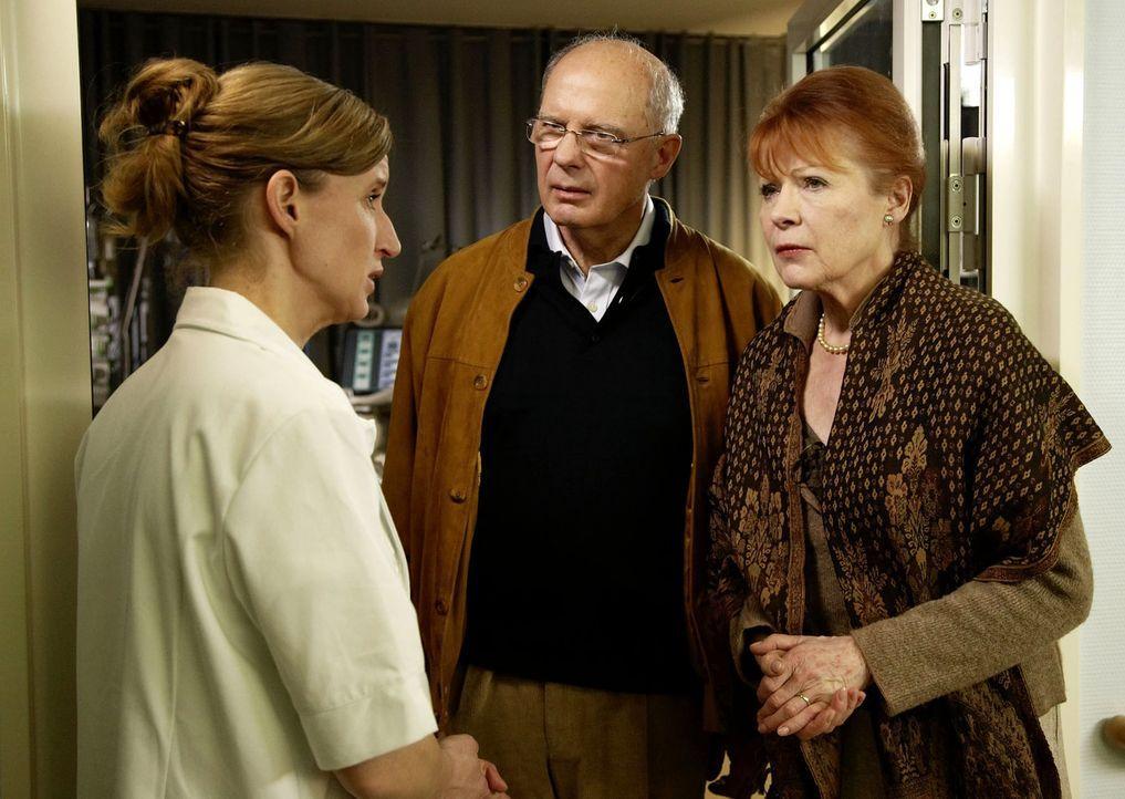 Als Hanna (Renate Schroeter, r.) und Peter Harder (Rainer Luxem, M.) von dem Unfall erfahren, eilen sie sofort an das Krankenbett ihres im Koma lieg... - Bildquelle: Sat.1