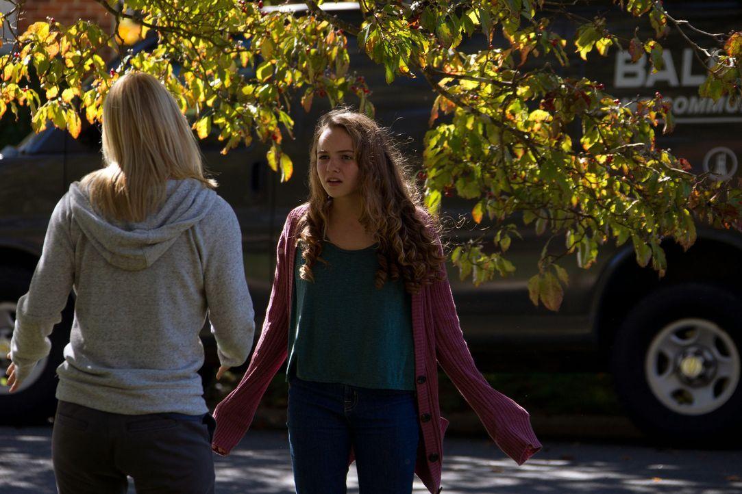 Mit ihrem Besuch sorgt Carrie (Claire Danes, l.) bei Dana (Morgan Saylor, r.) für Wut, aber auch für die gewünschte Verwirrung ... - Bildquelle: 20th Century Fox International Television