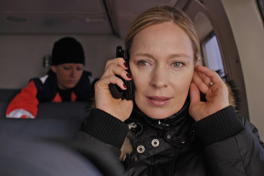 Managerin Britta Schneider (Katja Weitzenböck) hat nicht nur eine havarierte Bohrinsel, sondern auch einen schwer verletzten Ehemann, der mit dem To... - Bildquelle: ProSieben