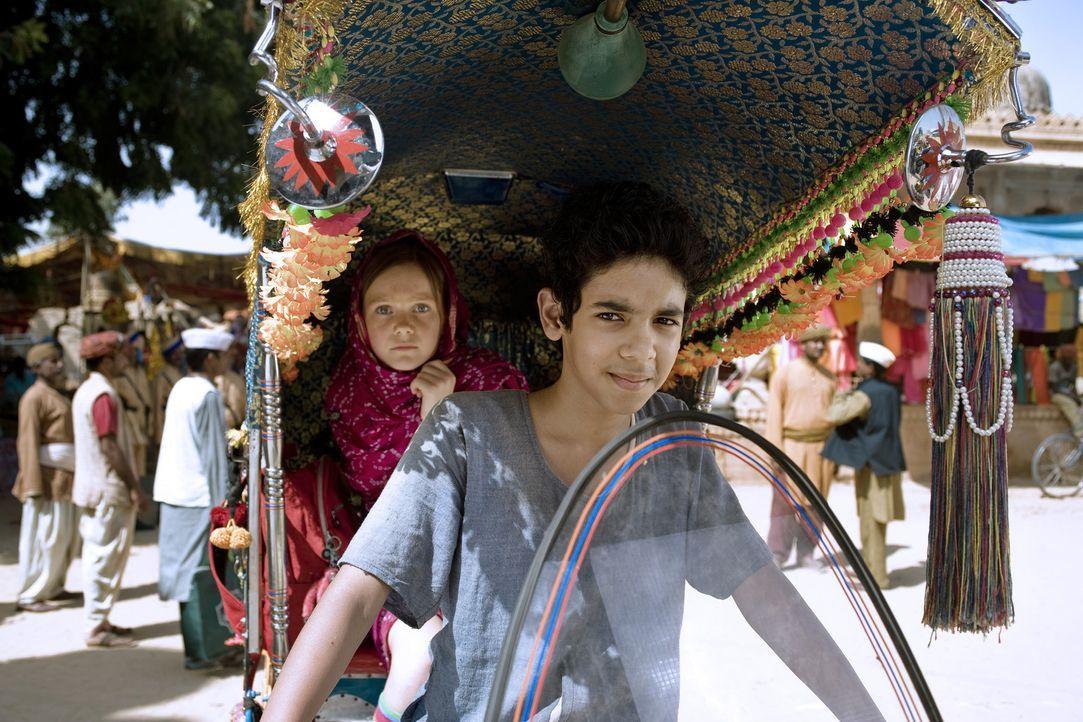 Hexe Lilli (Alina Freund, l.) wird von Growesir Guliman aus dem fernen Orient um Hilfe gebeten. Sie denkt er sei der Herrscher von dem Königreich M... - Bildquelle: Disney