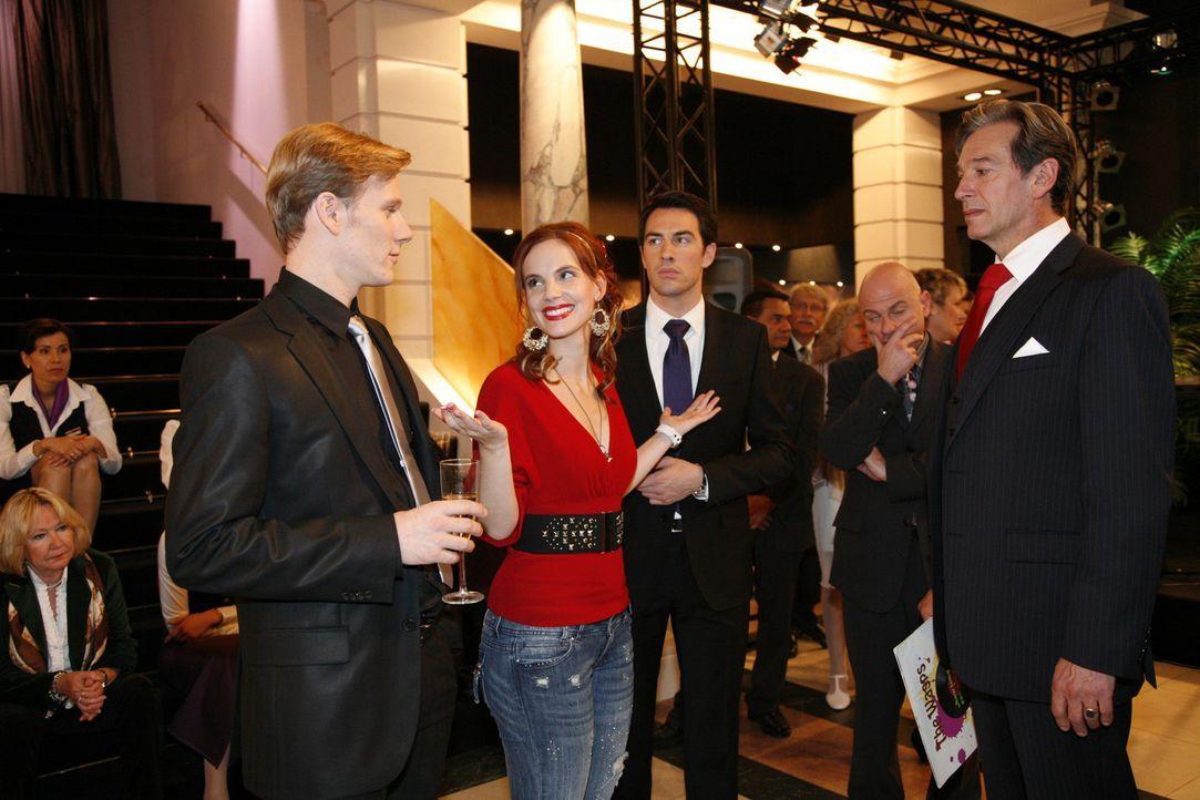 Manu (Marie Zielcke, 2.v.l.) leistet sich einen unglaublichen Fauxpas. Philip (Philipp Romann, l.), Mark (Arne Stephan, M.), Julius (Günter Barton,... - Bildquelle: SAT.1