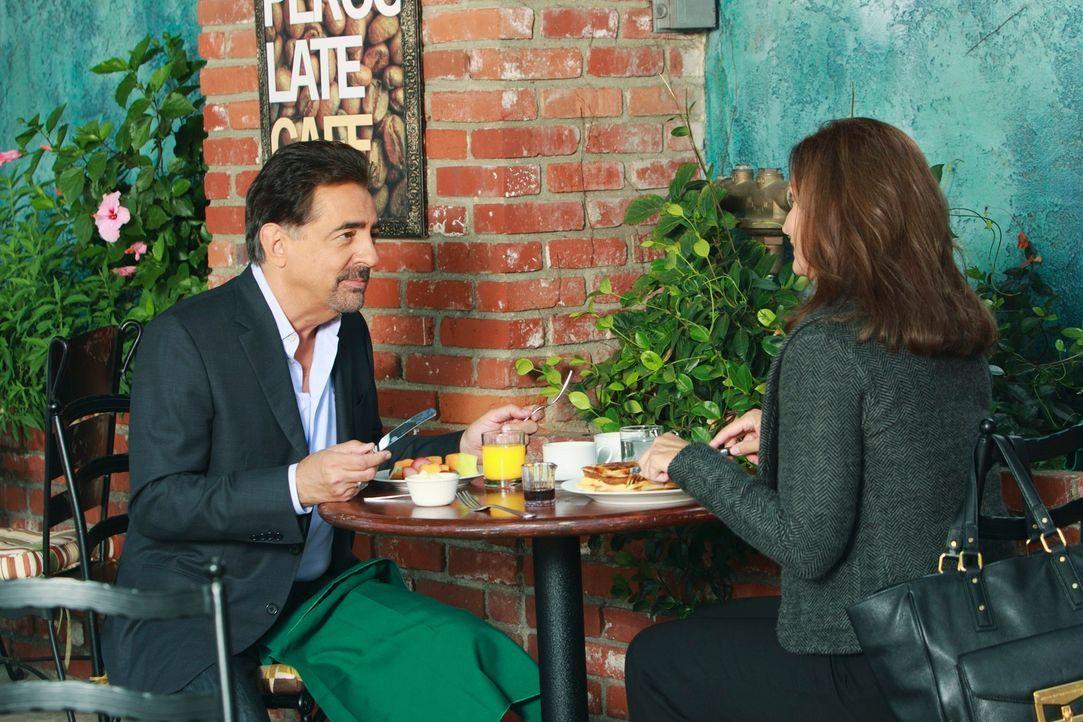 Während das Team in einem neuen Fall ermittelt, bekommt David Rossi (Joe Mantegna, l.) Besuch von seiner Ex-Frau Carolyn (Isabella Hoffman, r.), die... - Bildquelle: ABC Studios