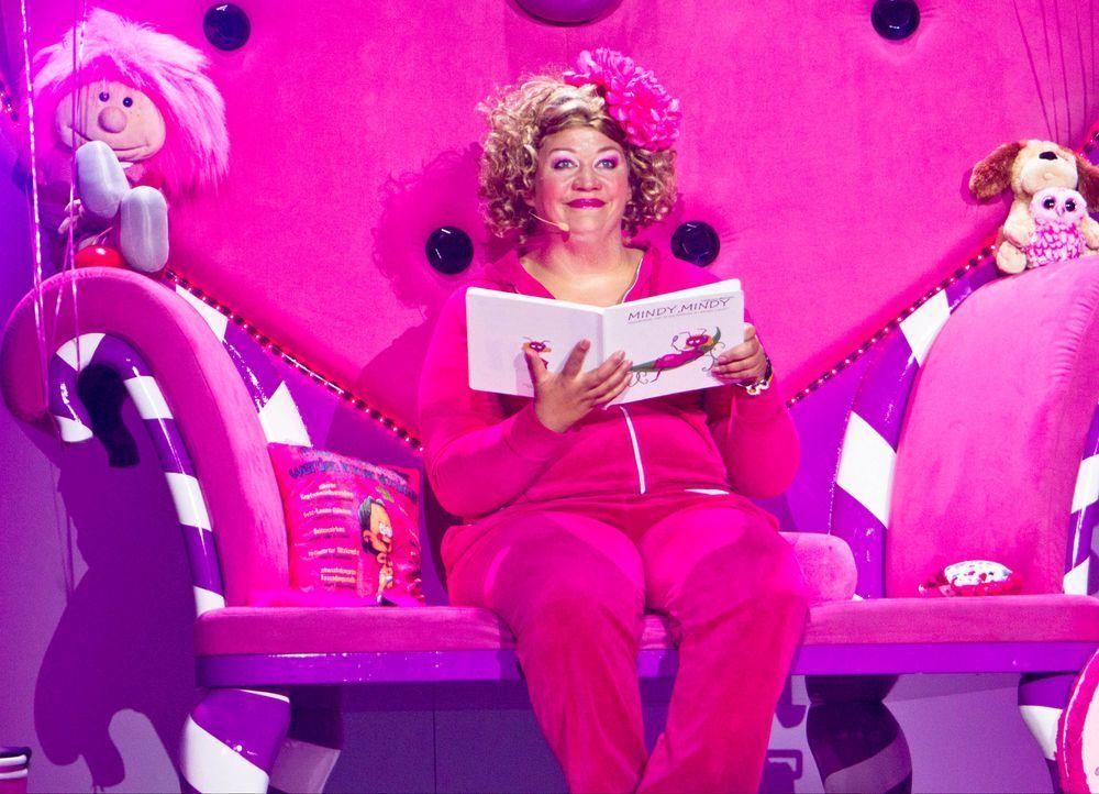 """Comedy-Prinzessin Cindy aus Marzahn wirft sich für ihr aktuelles Bühnenprogramm """"Pink is bjiutiful"""" in Schale. Getreu dem Motto """"Is' det Leben noch... - Bildquelle: Richard Hübner SAT.1"""