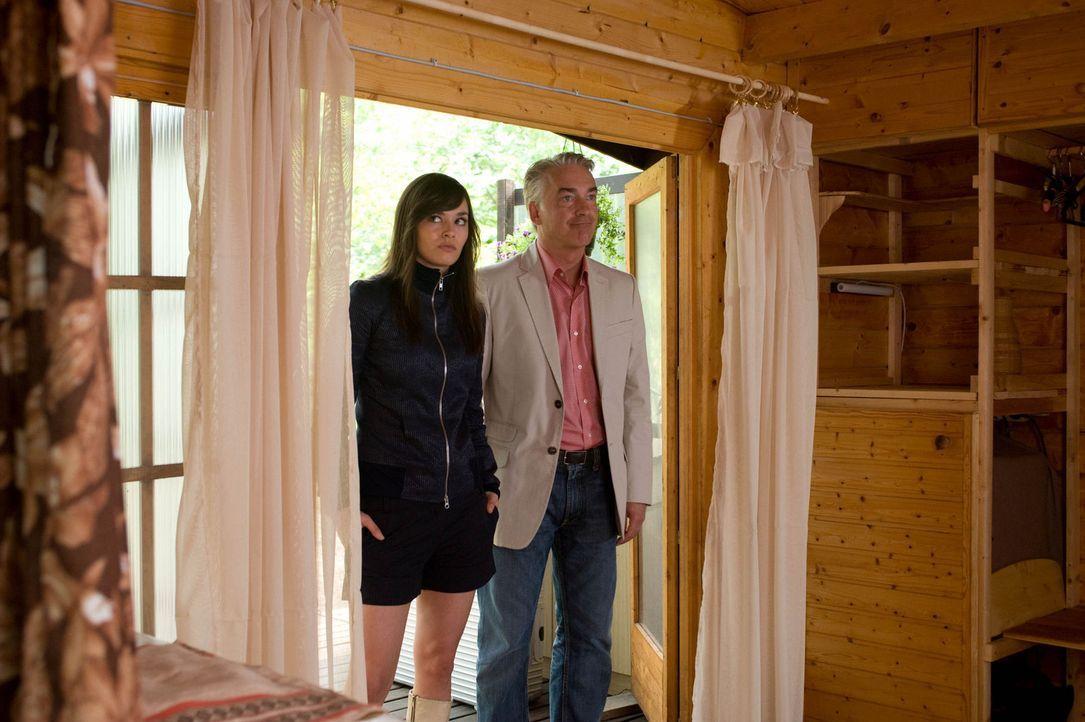 Um die Entfremdung zu seiner Tochter Natalie (Diane Willems, l.) zu überwinden, beschließt Dieter (Christoph M. Ohrt, r.), gemeinsam einen Kurzurl... - Bildquelle: Sat.1