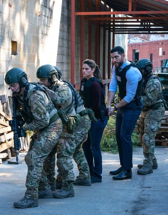 Special Agent Maggie Bell (Missy Peregrym, l.); Special Agent Omar Adom 'OA' Zidan (Zeeko Zaki, r.) - Bildquelle: Mark Schafer 2019 CBS Broadcasting, Inc. All Rights Reserved / Mark Schafer