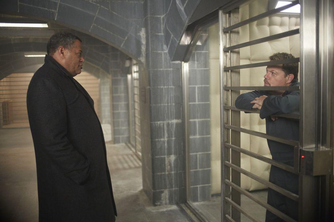 Jack Crawford (Laurence Fishburne, l.) verhört Dr. Abel Gideon (Eddie Izzard, r.), der in der Strafanstalt für geistesgestörte Verbrecher eine Na... - Bildquelle: 2012 NBC Universal Media, LLC