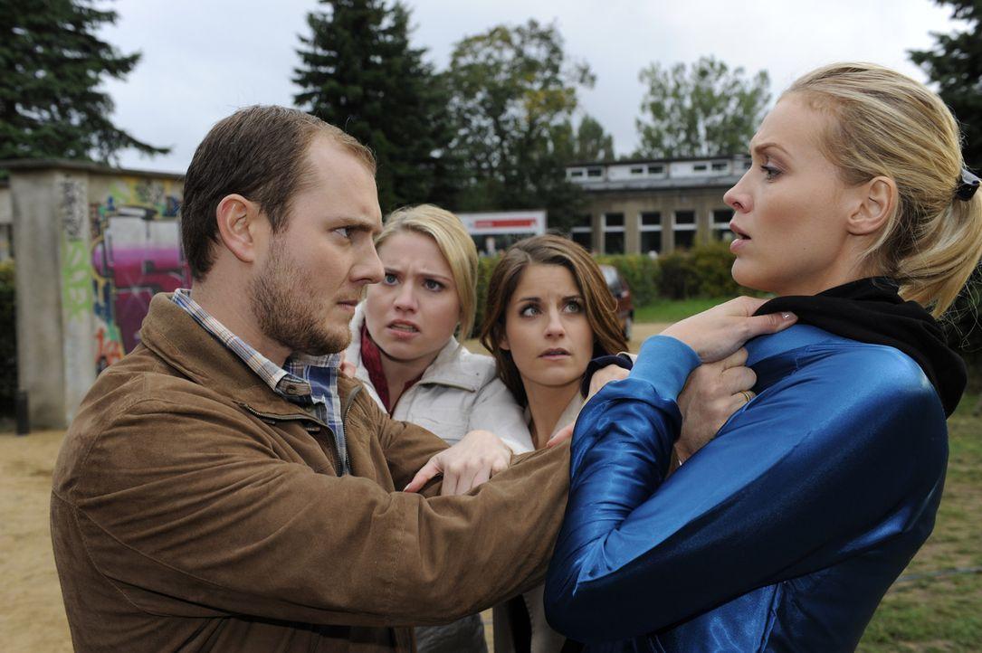 Miriam (Caroline Maria Frier, 2.v.l.) und Bea (Vanessa Jung, 2.v.r.) hindern Piet (Oliver Petszokat, l.) daran, Alexandra (Verena Mundhenke, r.) etw... - Bildquelle: SAT.1