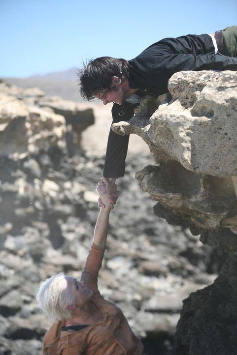 Mit letzter Kraft versucht Connor (Andrew Lee Potts, r.) Abby (Hannah Spearritt, l.) vor dem sicheren Tod zu retten ... - Bildquelle: ITV Plc