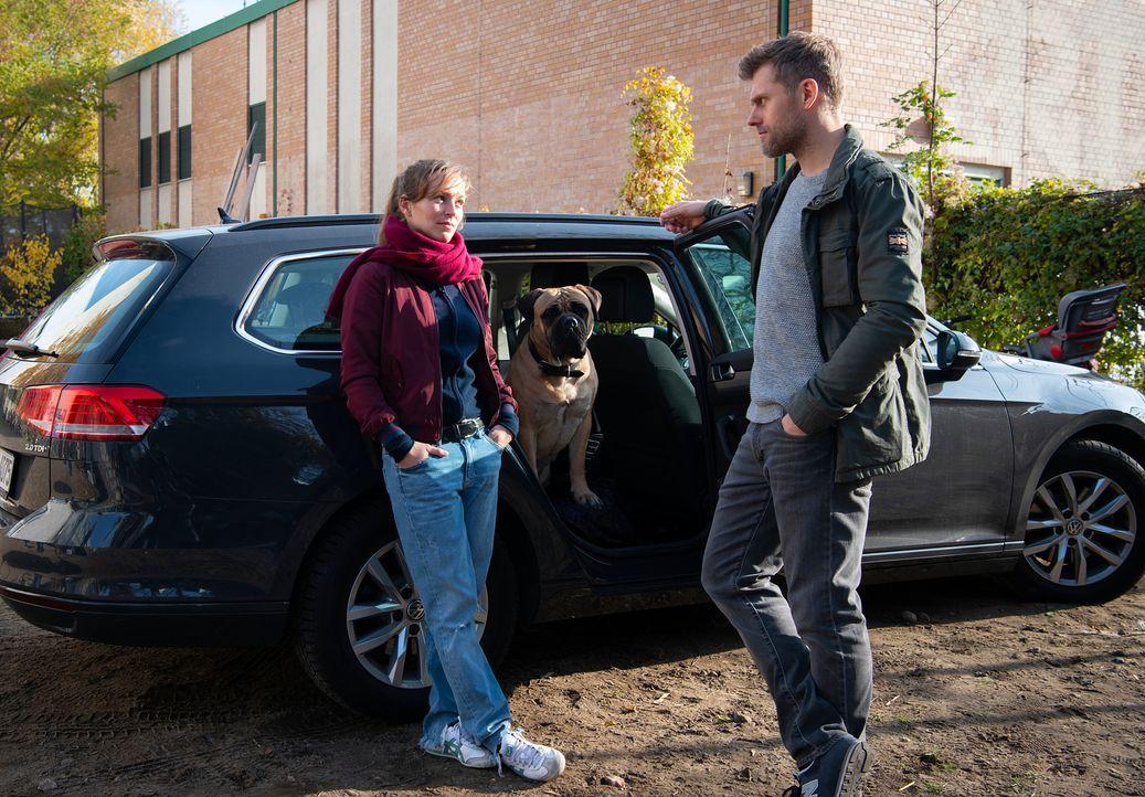 (v.l.n.r.) Caro Belzig (Franziska Wulf); Rocky; Elias Decker (Jens Atzorn) - Bildquelle: Christoph Assmann SAT.1/Christoph Assmann