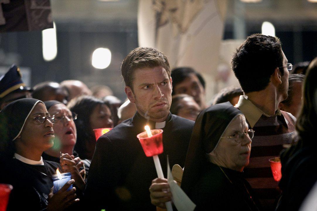 Der Assassine (Nicolaj Lie Kaas, M.) bringt vier Kardinäle in seine Gewalt, um sie nach und nach mit Hilfe der vier Elemente Erde, Luft, Feuer und... - Bildquelle: 2009 Columbia Pictures Industries, Inc. All Rights Reserved.