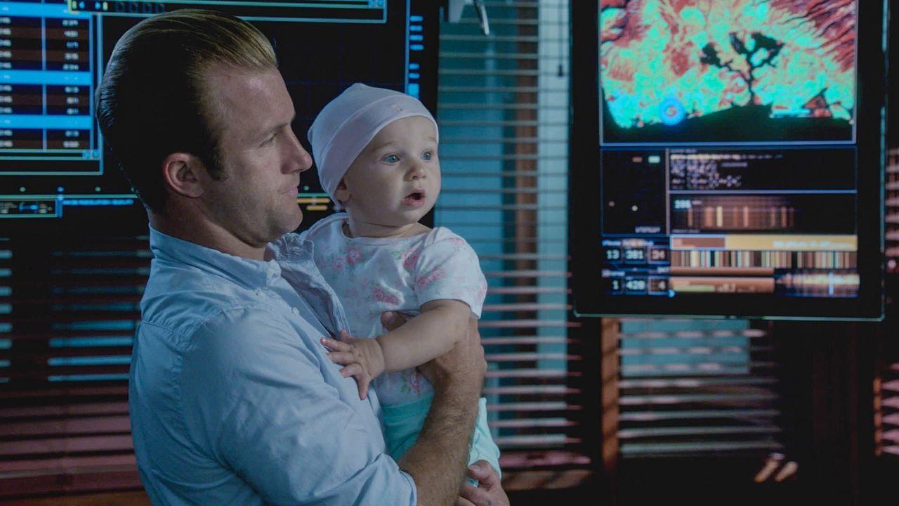 Muss als Babysitter während der Ermittlungen herhalten: Danny (Scott Caan) ... - Bildquelle: 2013 CBS BROADCASTING INC. All Rights Reserved.