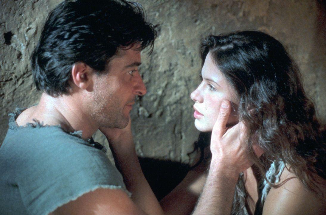 Ein gnadenloser Kampf ums Überleben beginnt: Spartacus (Goran Visnjic, l.) und Varinia (Rhona Mitra, r.) ... - Bildquelle: USA Network Pictures