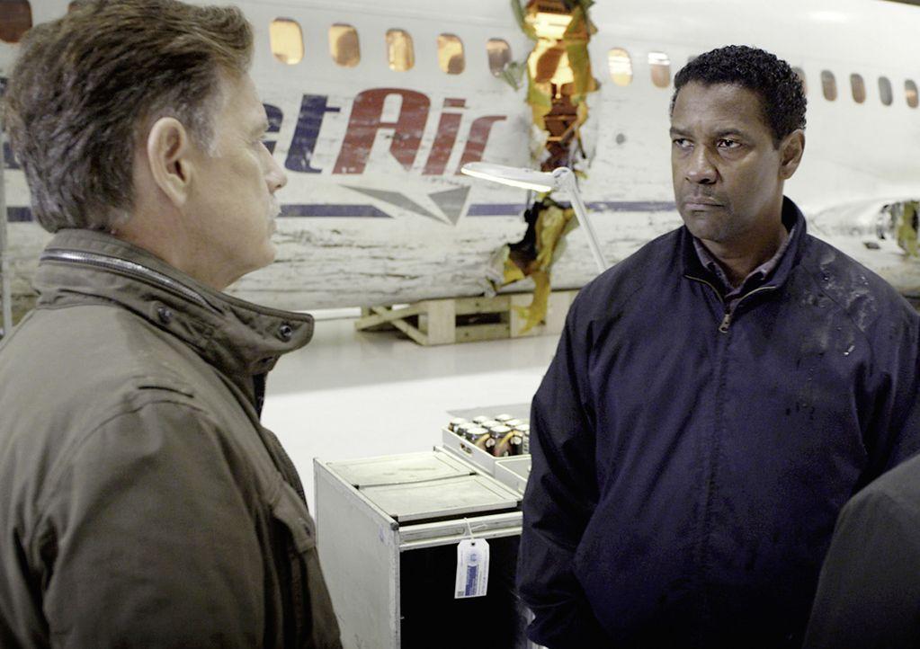 Gemeinsam mit seinem alten Freund Charlie (Bruce Greenwood, l.) besichtigt Whip (Denzel Washington, r.) das Wrack des Flugzeugs, das einen erschütte... - Bildquelle: Robert Zuckerman 2012 PARAMOUNT PICTURES. ALL RIGHTS RESERVED. / Robert Zuckerman