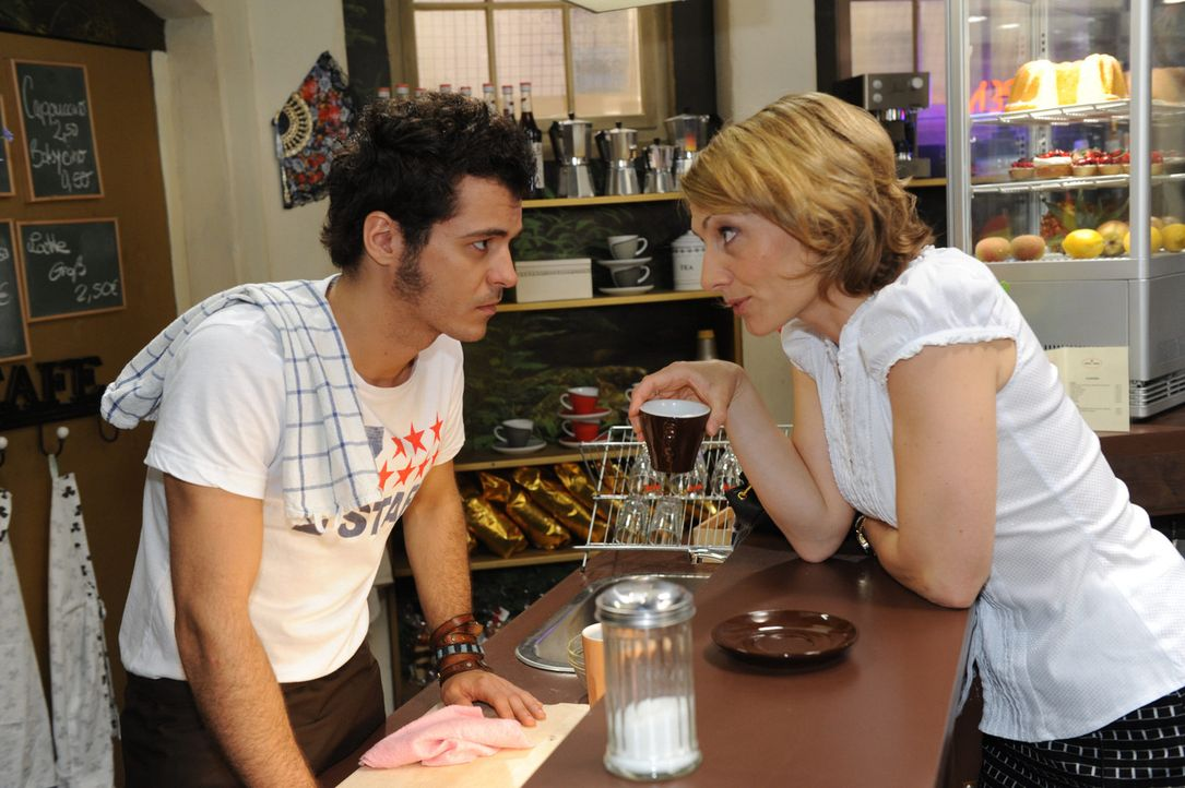 Brigitte (Joana Schümer, r.) will, dass Maik (Sebastian König, l.) Ingo dazu überredet, zum Pokerabend in der Goldelse zu kommen. - Bildquelle: SAT.1