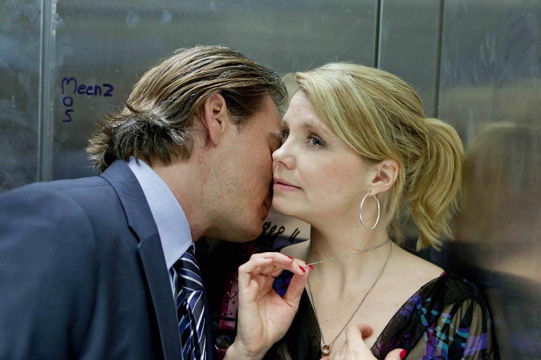 Danni (Annette Frier, r.) und Olli (Jan Sosniok, l.) nähern sich wieder an, und für einen Moment sieht es so aus, als würde Danni ihren Klapptisc... - Bildquelle: SAT.1