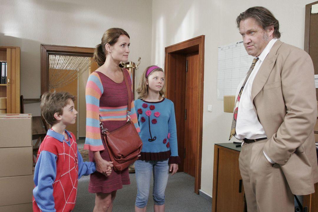 Henrik Heinichen (Michael Brandner, r.) hätte nicht gedacht, Eva (Anja Kling, 2.v.l.) und ihre Kinder Ben (Joel Eisenblätter, l.) und Anna (Leonie... - Bildquelle: Sat.1