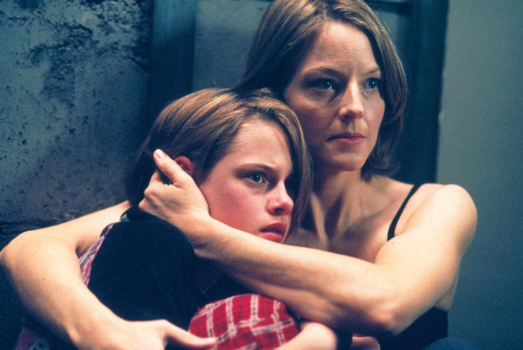 """In letzter Sekunde ist Meg (Jodie Foster, r.) und ihrer Tochter Sarah (Kristen Stewart, l.) die Flucht in den """"Panic Room"""" gelungen ... - Bildquelle: 2003 Sony Pictures Television International. All Rights Reserved"""