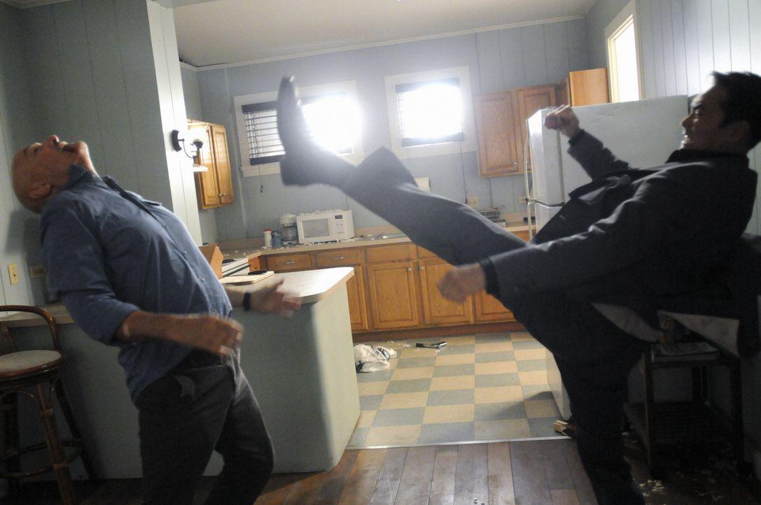 Geraten aneinander: Wo Fat (Mark Dacascos, r.) und Joe (Terry O'Quinn, l.) ... - Bildquelle: TM &   CBS Studios Inc. All Rights Reserved.