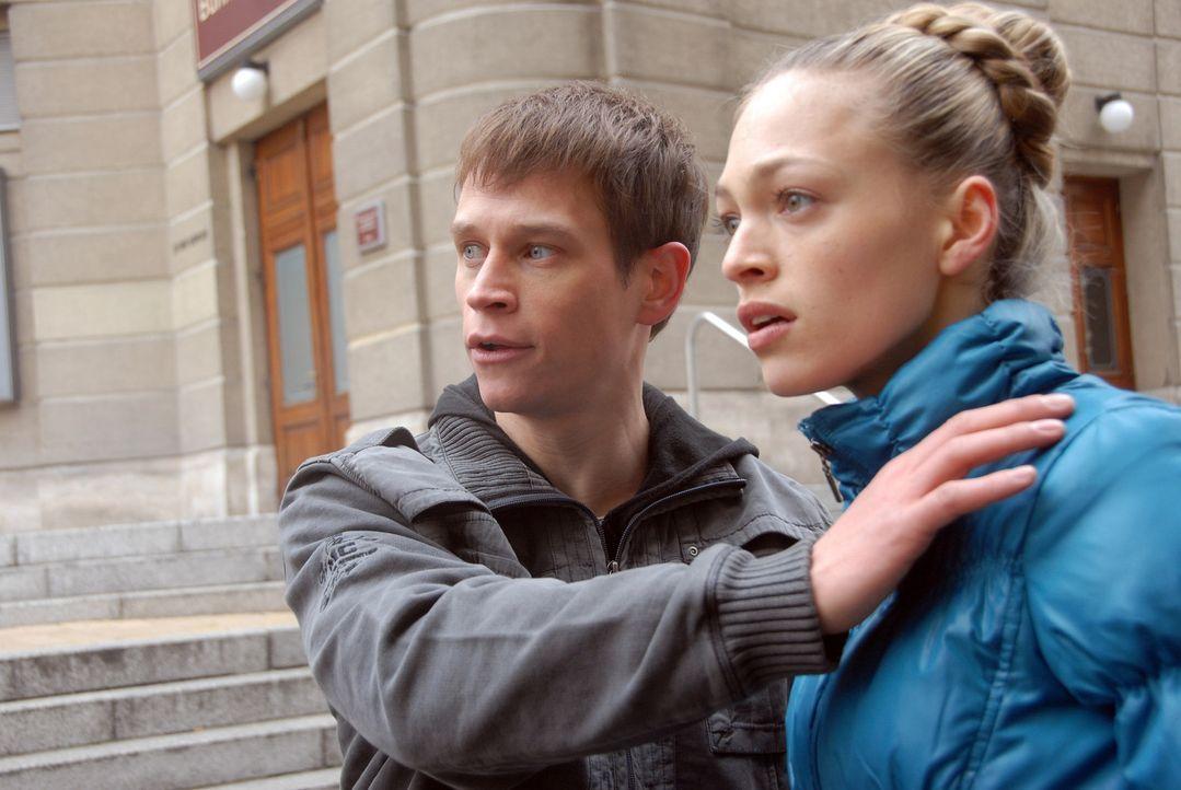 Kaum kommen sich Anna (Julie Engelbrecht, r.) und Tom (Vinzenz Kiefer, l.) näher, da sieht sich die begnadete Nachwuchstänzerin den offenkundigen... - Bildquelle: SAT.1