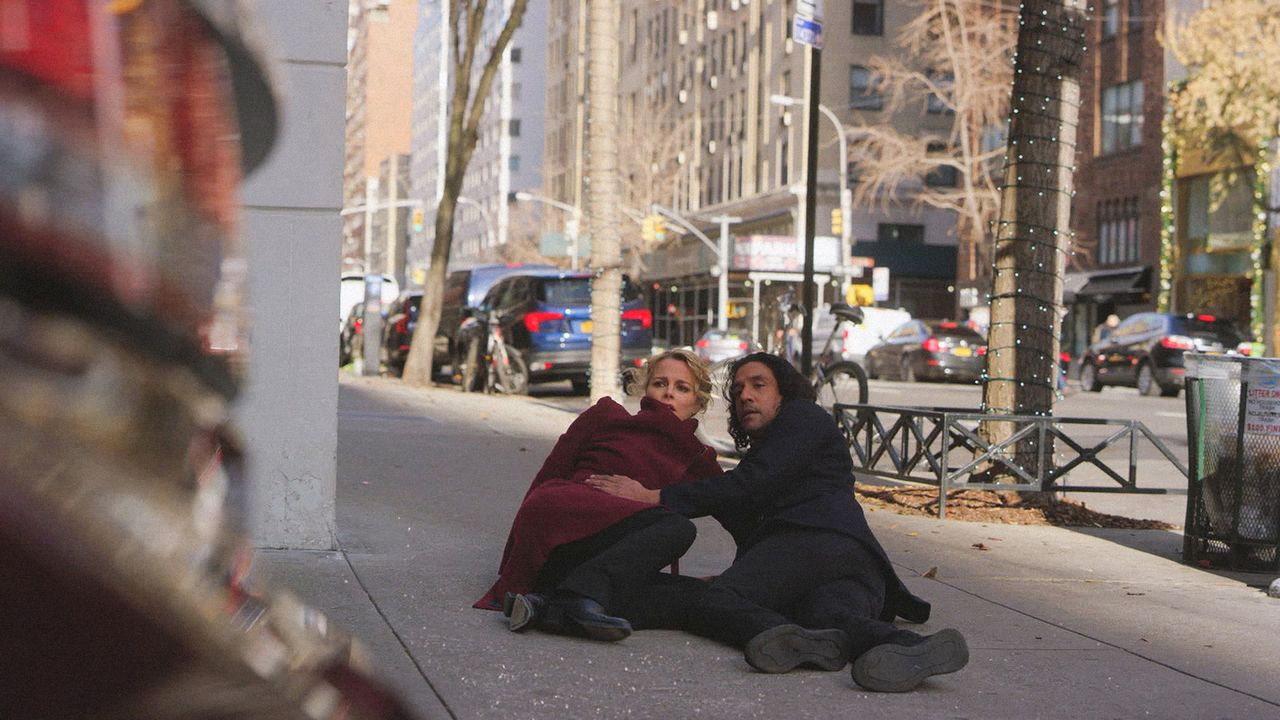 Det. Lizzie Needham (Bojana Novakovic, l.) und Julian Cousins (Naveen Andrews, r.) werden von einer ominösen Frau verfolgt ... - Bildquelle: 2018 CBS BROADCASTING INC. ALL RIGHTS RESERVED.