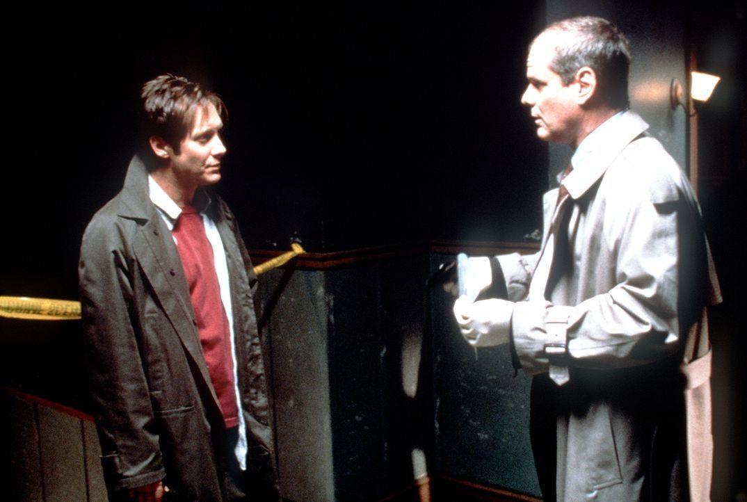Immer wieder hinterlässt der Killer seinen Verfolgern Campbell (James Spader, l.) und Lieutenant Hollis (Chris Ellis, r.) kryptische Botschaften auf... - Bildquelle: Universal Pictures