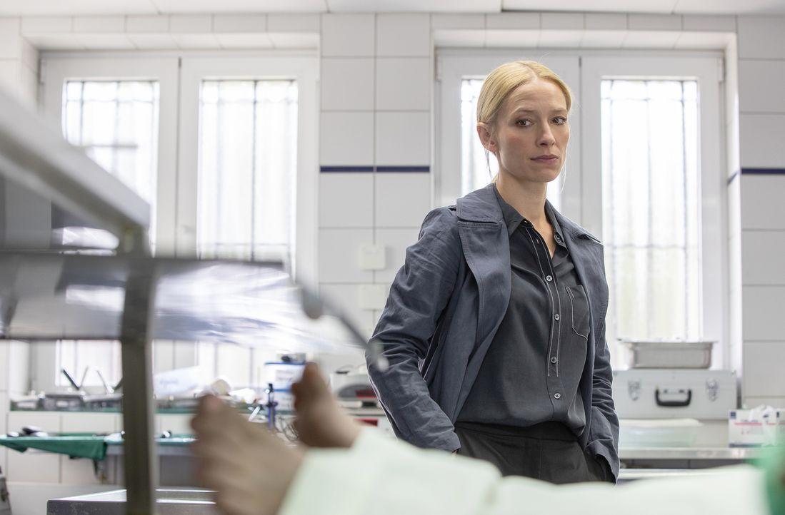 In Frankfurt werden drei Leichen junger, blonder Mädchen gefunden. Sie wurden bestialisch verstümmelt. Kommt Hauptkommissarin Julia Durant (Sandra B... - Bildquelle: Felix Holland SAT.1/Felix Holland