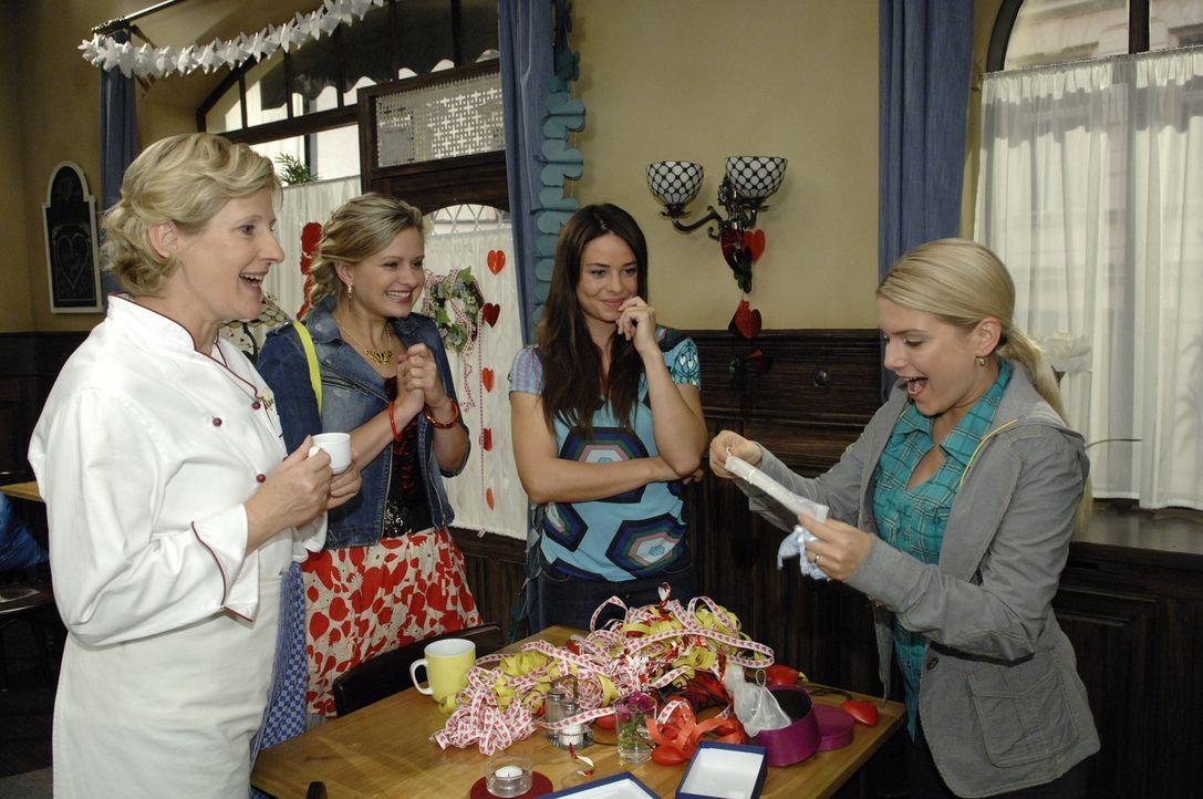 Nach dem Schock mit Katja geht es wieder fröhlicher weiter: Susanne (Heike Jonca, l.), Mia (Josephine Schmidt, 2.v.l.), Paloma (Maja Maneiro, 2.v.r... - Bildquelle: Sat.1