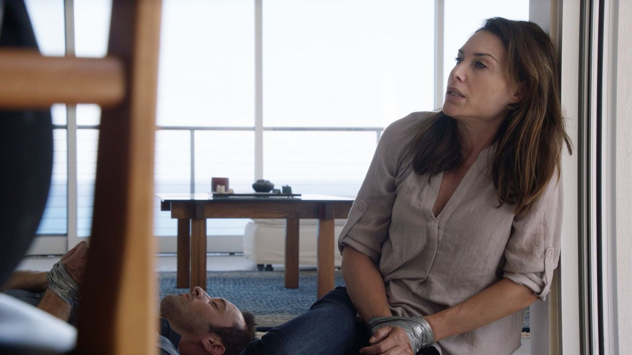 Als sie weiter nach dem Schachfiguren-Serienkiller suchen, geraten Steve (Alex O'Loughlin, l.) und Alicia (Claire Forlani, r.) selbst in dessen Fäng... - Bildquelle: Norman Shapiro 2016 CBS Broadcasting, Inc. All Rights Reserved