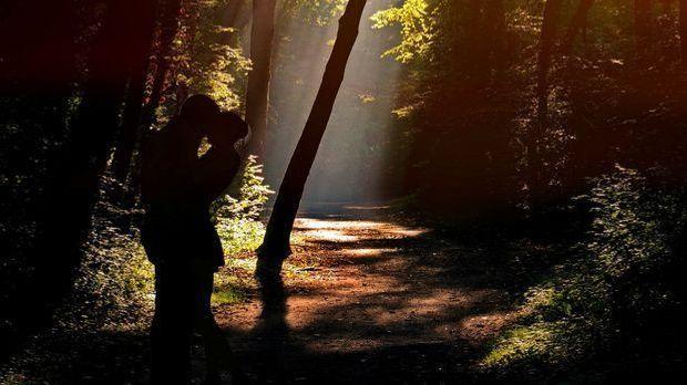 Sex im Wald versteckt