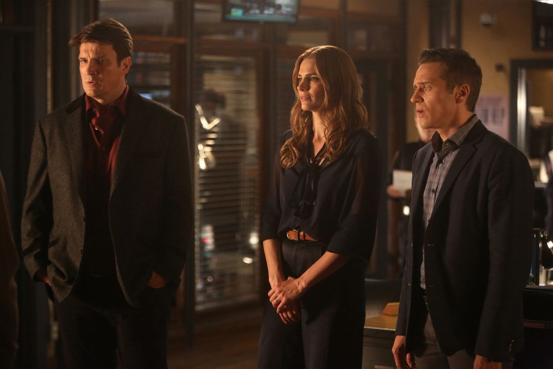 Castle (Nathan Fillion, l.), Beckett (Stana Katic, M.) und Ryan (Seamus Dever, r.) denken, in ihrem neusten Fall gehe es nur um einen Diebstahl, doc... - Bildquelle: Jordin Althaus 2015 American Broadcasting Companies, Inc. All rights reserved.