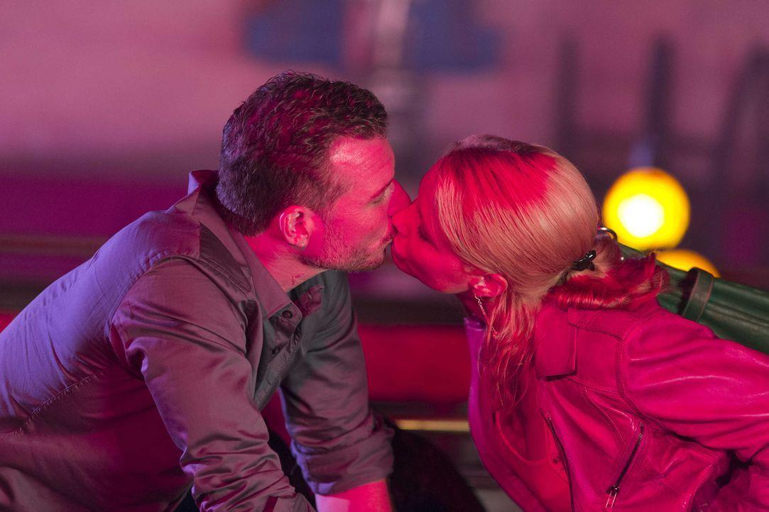 Um zu beweisen, dass ihr neuner Mandat Orkan unschuldig ist, muss Danni (Annette Frier, r.) in die Stripp-Club-Szene eintauchen und lernt dort den U... - Bildquelle: Frank Dicks SAT.1