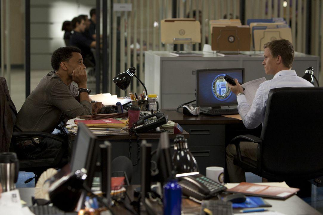 Versuchen eine neuen Fall aufzudecken: Travis (Michael Ealy, l.) und Wes (Warren Kole, r.) ... - Bildquelle: 2012 USA Network Media, LLC