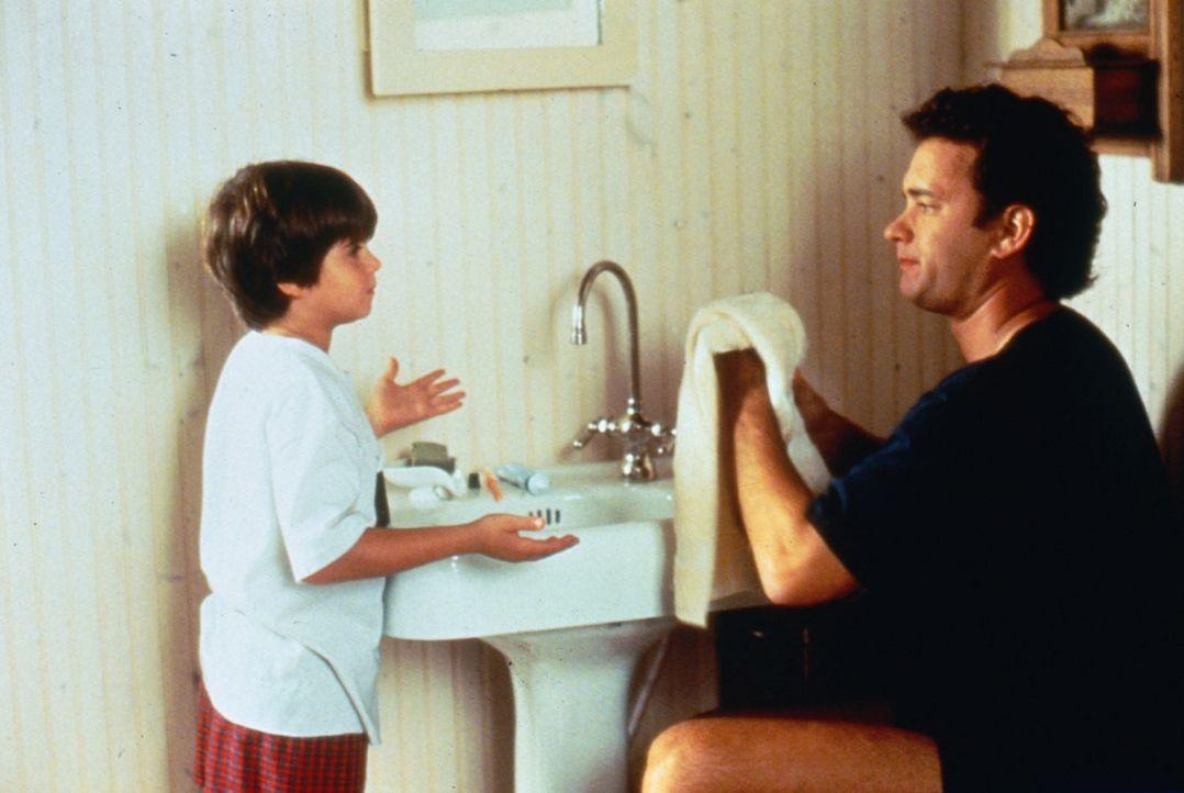 Der achtjährige Jonah (Ross Malinger, l.) versucht seinen Vater (Tom Hanks, r.) zu überzeugen, dass er wieder heiraten muss. - Bildquelle: Columbia TriStar