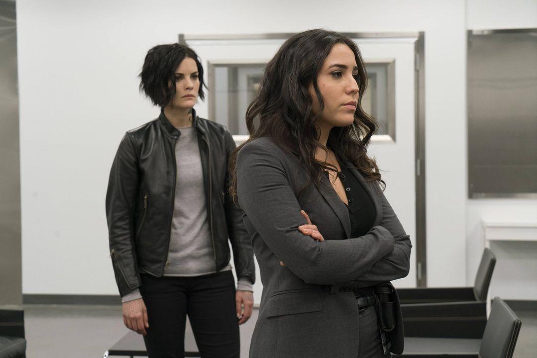 Während Zapata (Audrey Esparza, r.) nicht vollständig davon überzeugt ist, dass Mayfair unschuldig ist, weiß Jane (Jaimie Alexander, l.) genau, dass... - Bildquelle: Warner Brothers