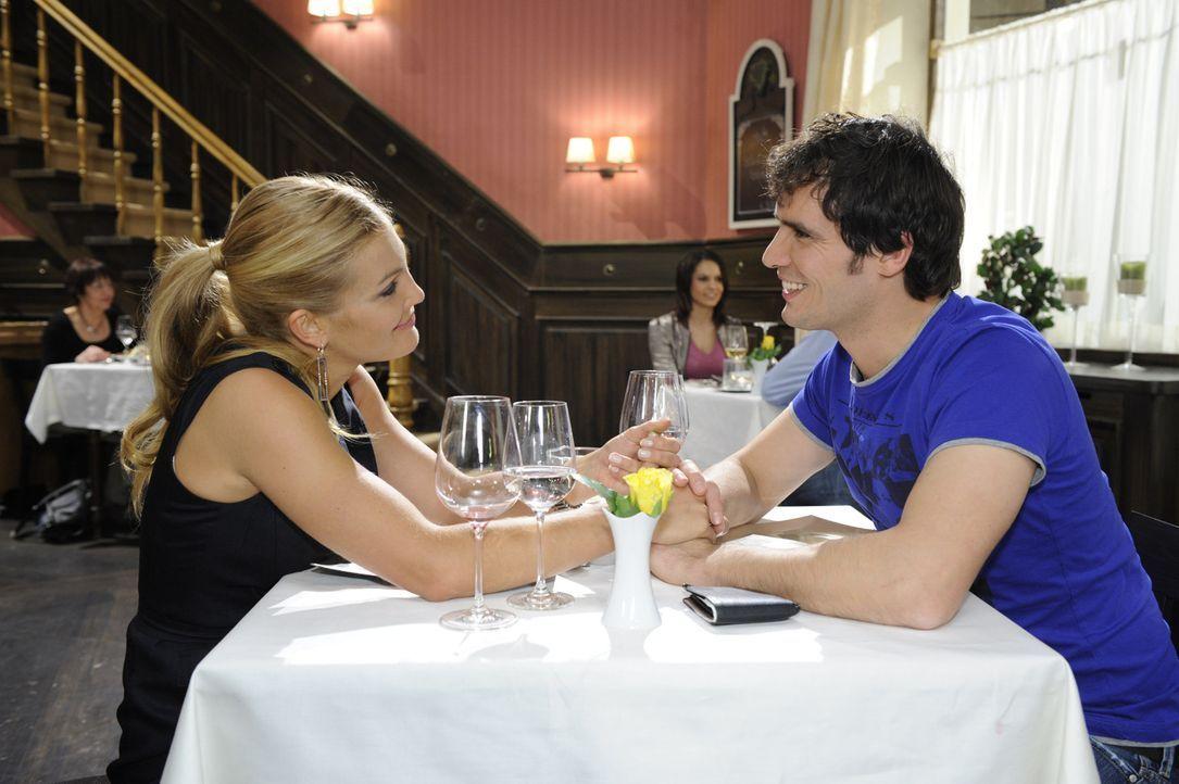 Annett (Tanja Wenzel, l.) ist sich sicher, dass ihre Romantikoffensive bei Alexander (Paul Grasshoff, r.) fruchtet. Doch wird sie Recht behalten? - Bildquelle: SAT.1