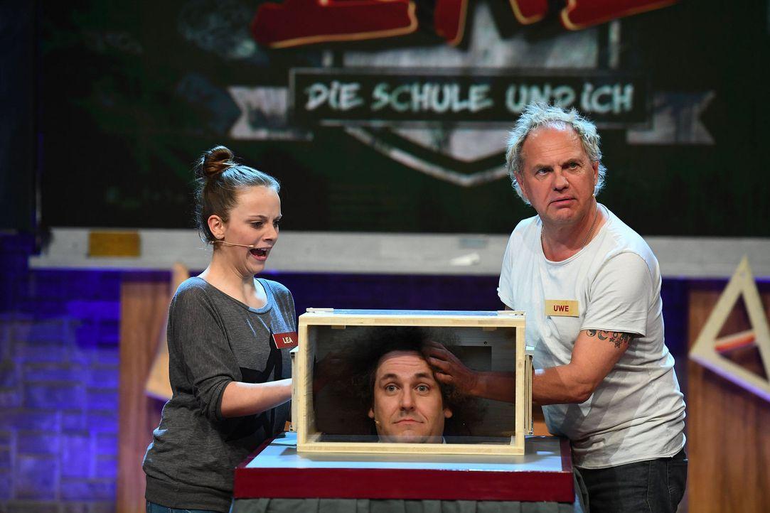 Können Uwe Ochsenknecht (r.) und eine Schülerin (l.) erfühlen, dass sich Konrad Stöckel (M.) in der Box befindet? - Bildquelle: Willi Weber SAT.1