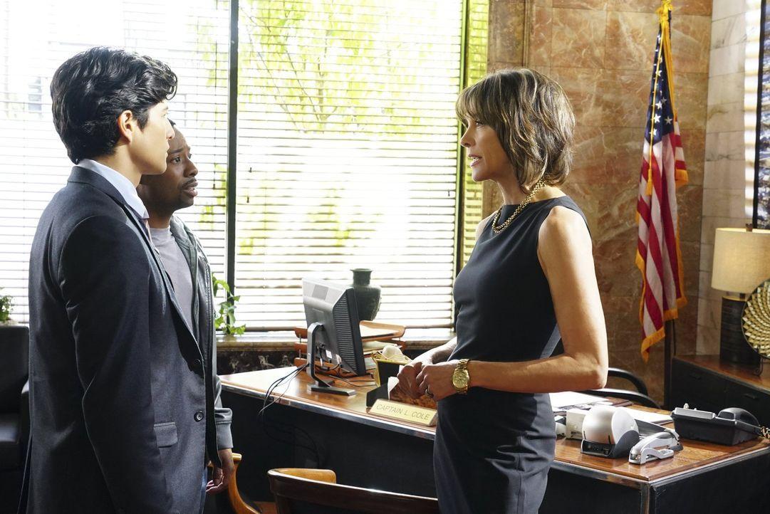 Hat es mit ihren Detectives Lee (Jon Foo, l.) und Carter (Justin Hires, M.) nicht immer leicht: Carters Vorgesetzte Captain Cole (Wendi Malick, r.)... - Bildquelle: Warner Brothers